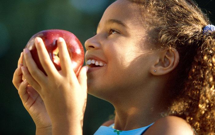 Med några enkla knep kan du få barnen att äta sundare.