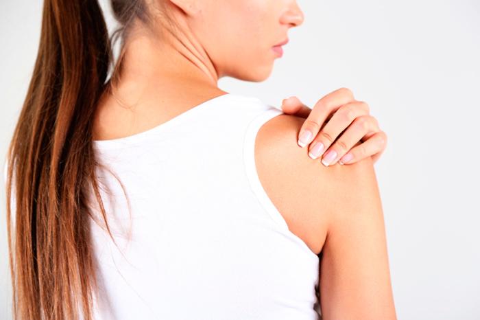 Kvinna hogg man i axeln