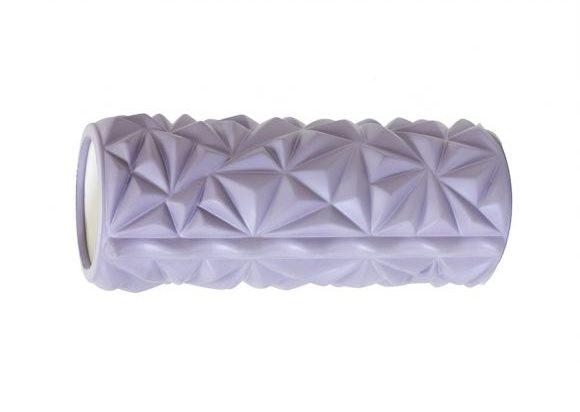 En foam roller används som själv-massage. När man använder den stretchar den ut muskler, senor och får muskelspänningar att släppa.