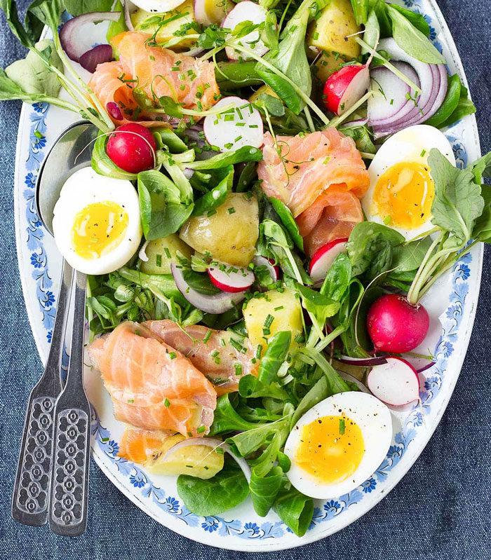 Sallad med ägg, rökt lax och rädisor