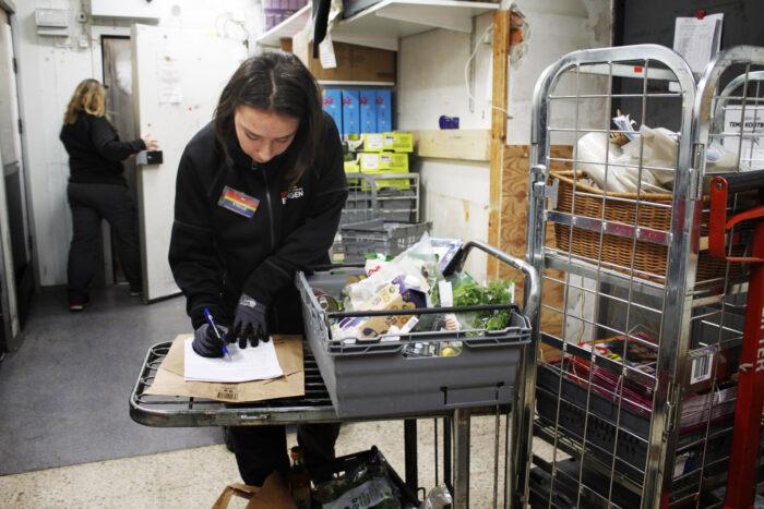 Eva-Lena Hesselgren packar matkassar åt kunder i karantän.