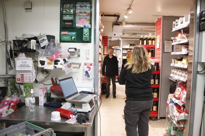 Eva-Lena Hesselgren pratar med kunderna på Ica Essingen