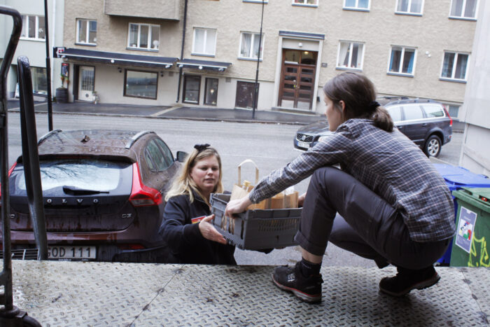 Hedvig Gunn och Eva-Lena Hesselgren på Ica Essingen packar bilen