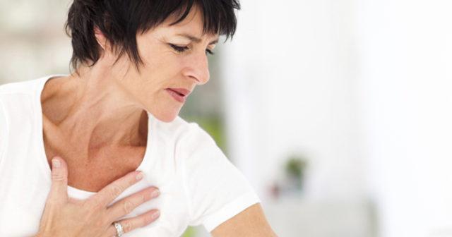 tryck i mitten av bröstet
