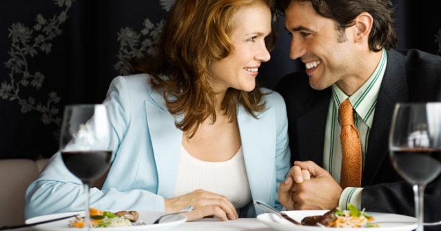 Yngre kvinnor som äter äldre män råd