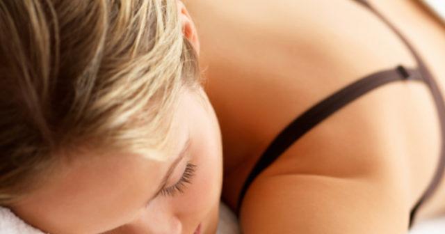 Sova på mage efter bröstförstoring