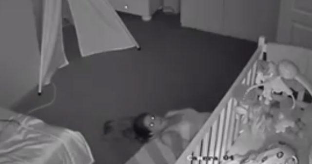 Mamman hasar sig ut på rygg – för att inte väcka bebisen