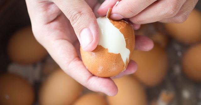 Skala äggen snabbt i påsk med 5 enkla knep