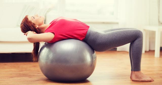 5 stärkande övningar med pilatesboll!