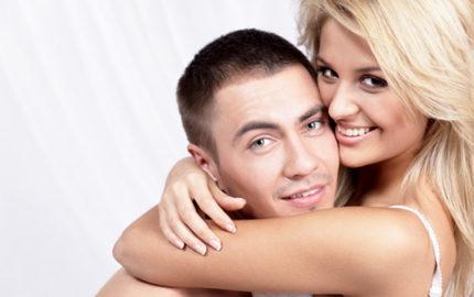 Varför dejtar han henne