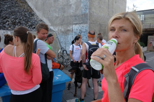 Passar på och dricker lite medan vi väntar in alla deltagare.