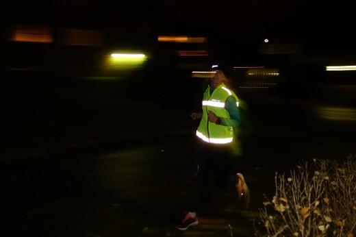 Glöm inte reflexvästen när du springer i mörkret.