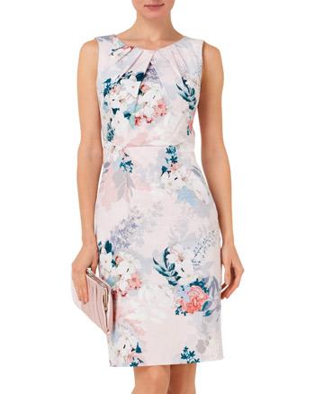 e1190c9c4460 En snygg figurnära klänning att bära på sommarens festligheter såsom  student, dop eller bröllop.