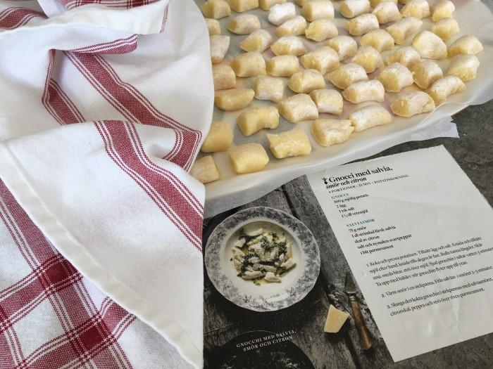 Receptet på gnocchi med citron- och salviasmör är en bjudfavorit hemma hos oss.