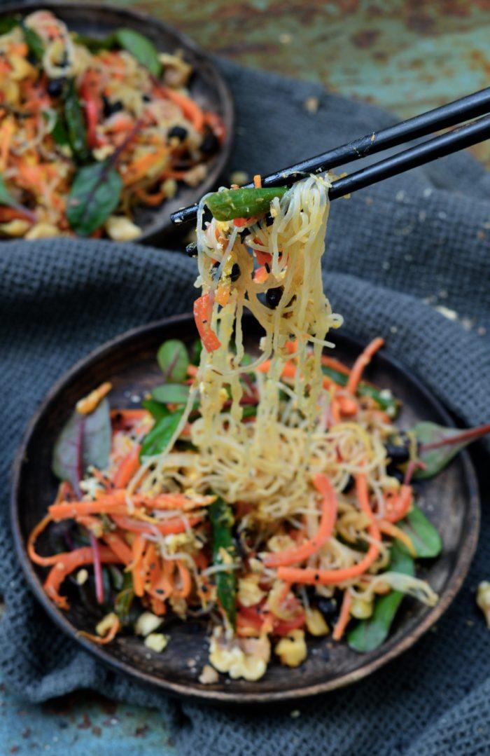 Shiratakinudlar med grönsaker och valnötter