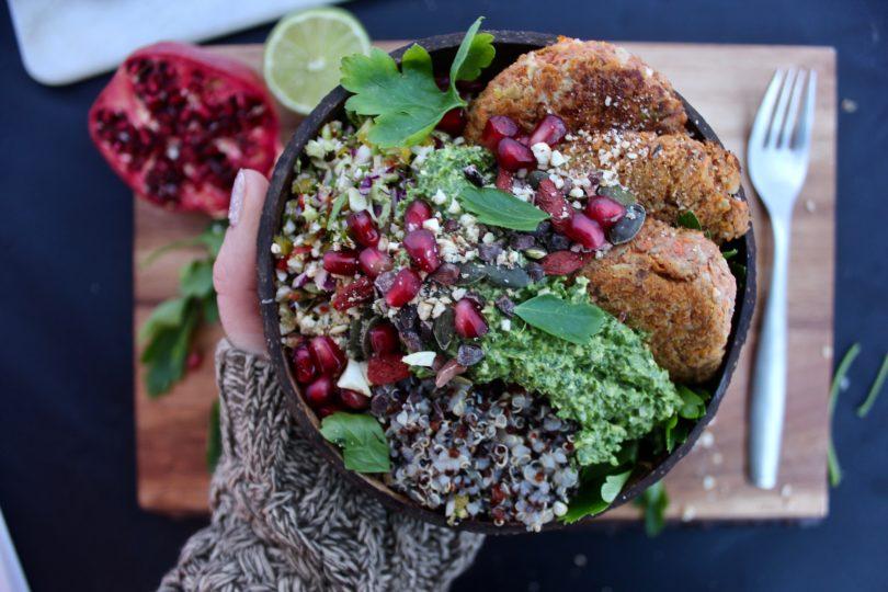 vegetarisk bowl med quinoa och morotsbiffar