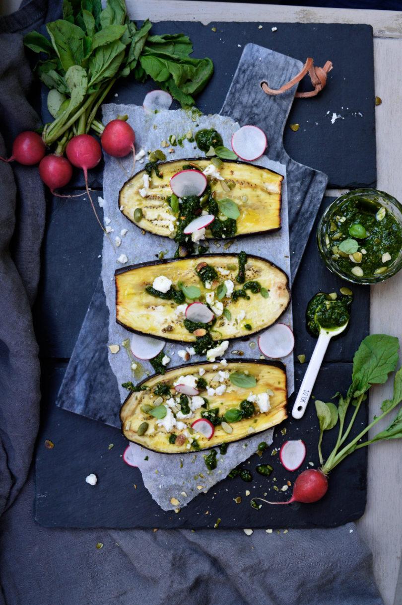 ugnsgrillad aubergine med pesto och feta