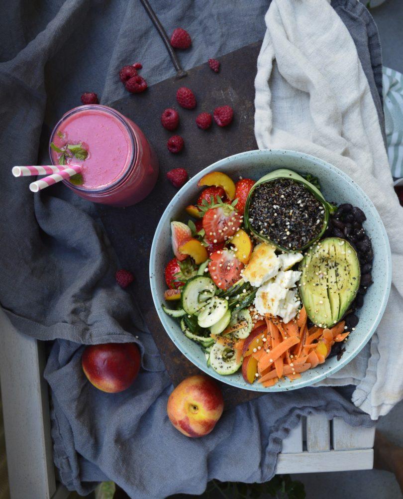 vegetarisk bowl med quinoa svartabönor och sallad