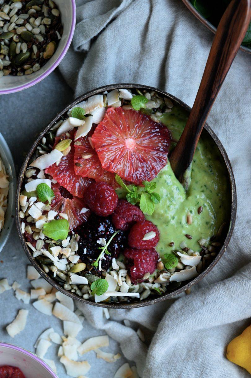Frukostsmoothie grönkål med bär och havregryn