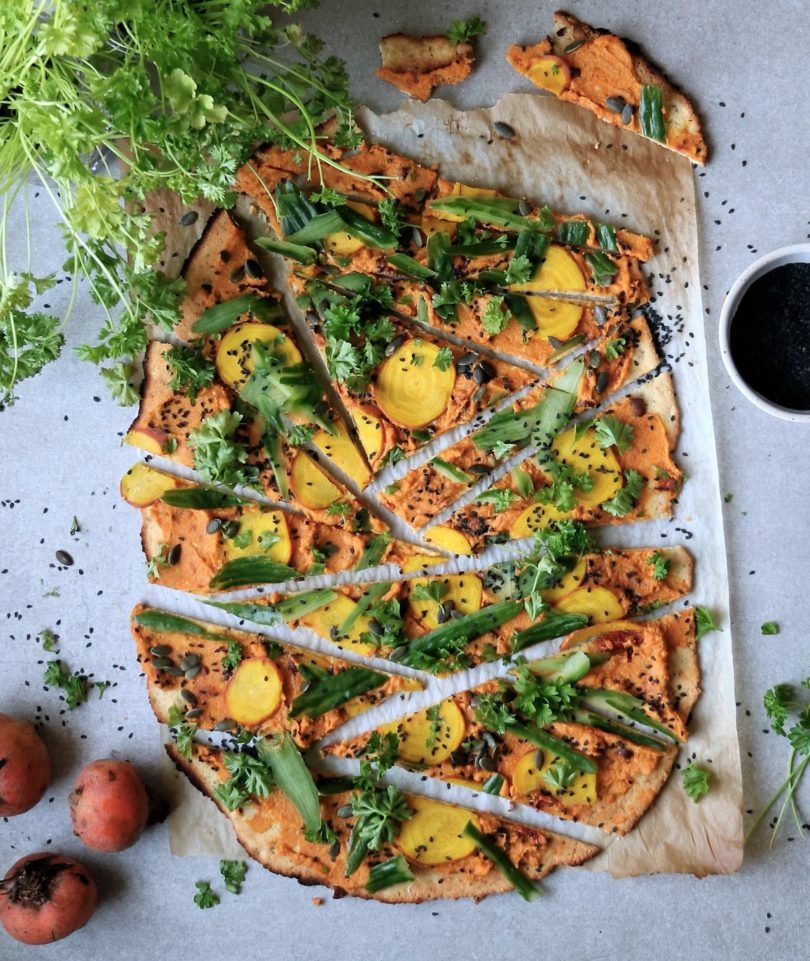 pizza med hummus gulbetor och gurka