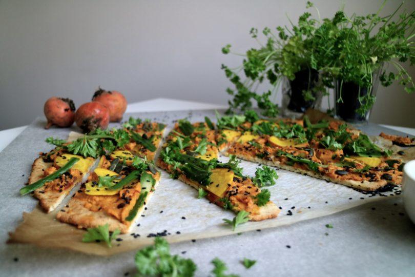 pizza med hummus och gulbetor