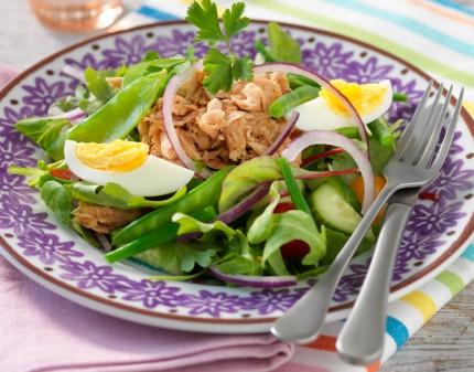 Du kan äta ganska mycket tonfisk innan det blir för många kalorier. Tonfisk finns även med en del olika smaksättningar i din butik. Välj efter tycke och smak.
