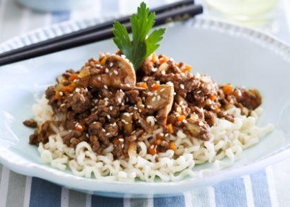 wok med köttfärs och nudlar